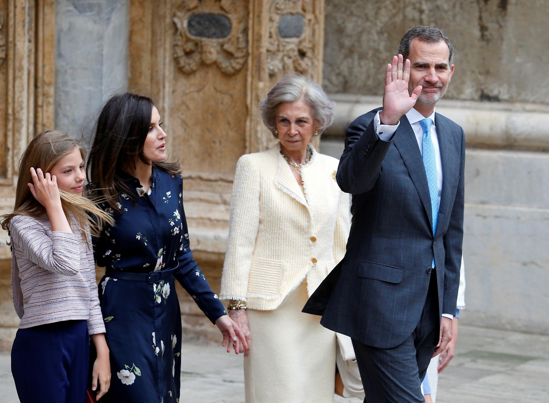 El saludo del rey Felipe a la salida de la misa de Pascuas /// Fotos: Reuters – AFP