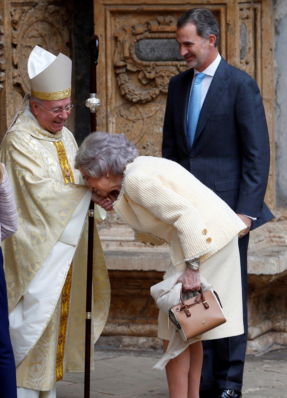 El respetuoso saludo de la reina emérita Sofía a uno de los religiosos que participó de la misa