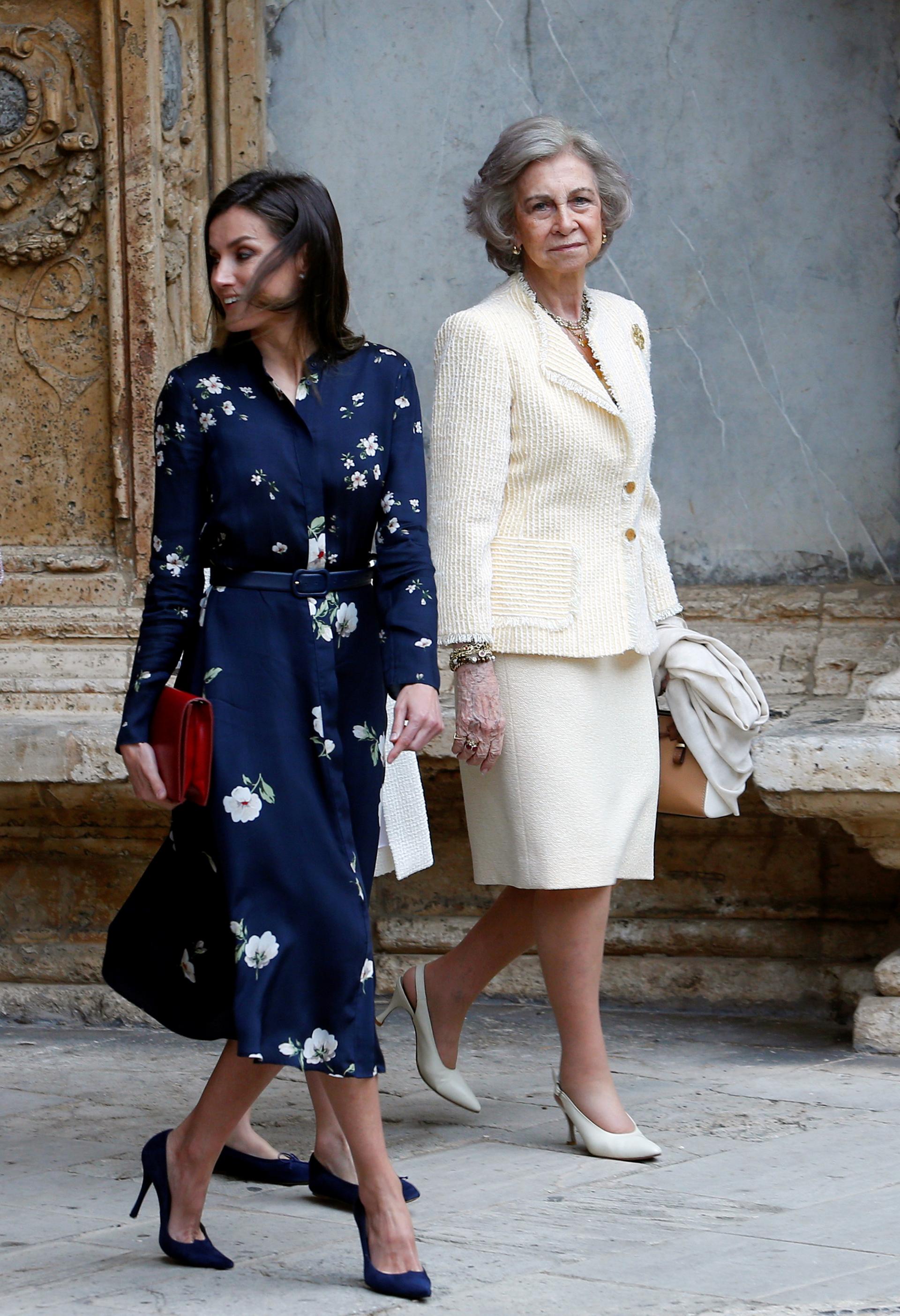 Letizia eligió un vestido azul noche con pequeñas estampas, mientras que su suegra escogió un conjunto de blazer y falda