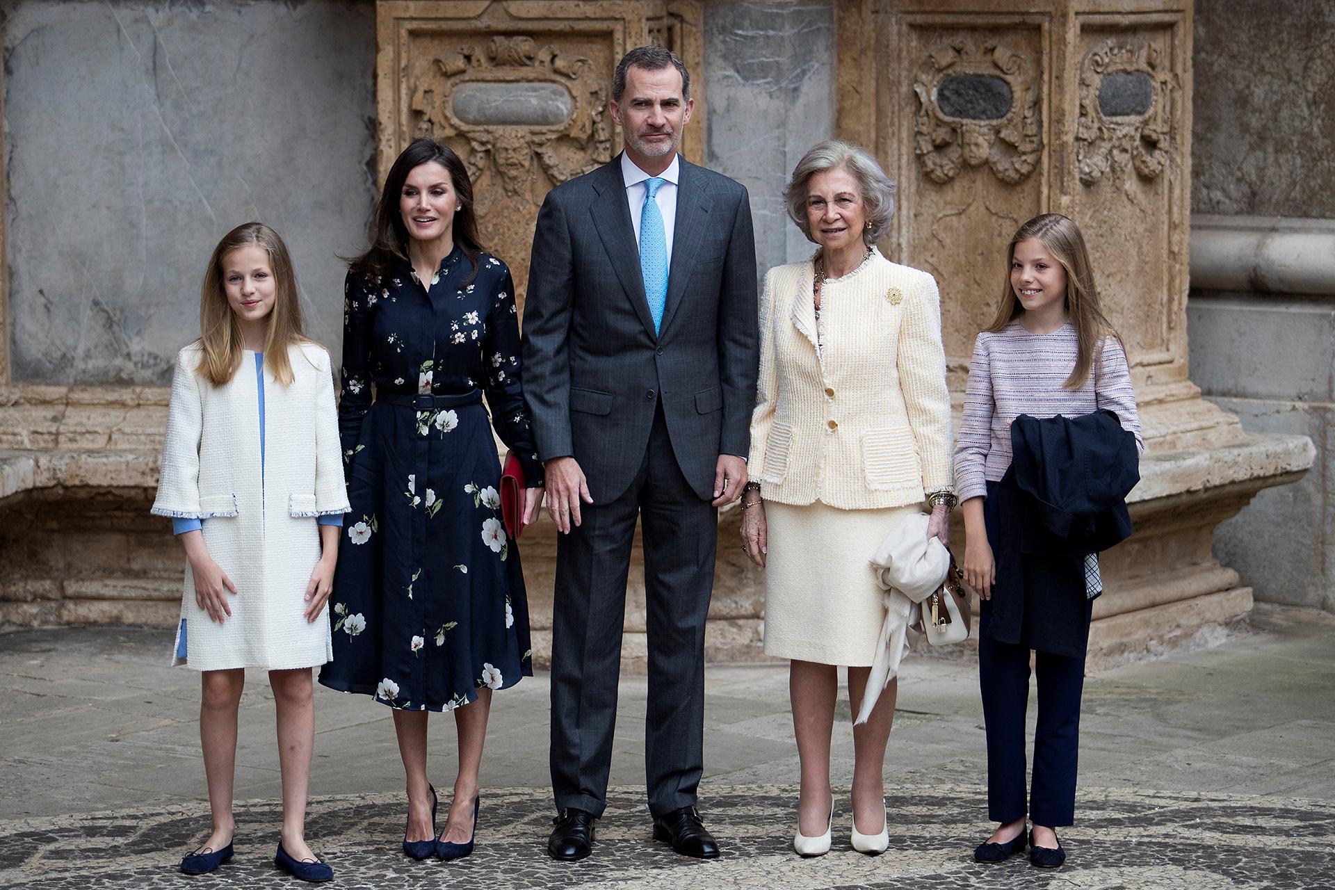 La familia real de España a su llegada a la misa de Pascuas de Resurrección, en Palma de Mallorca