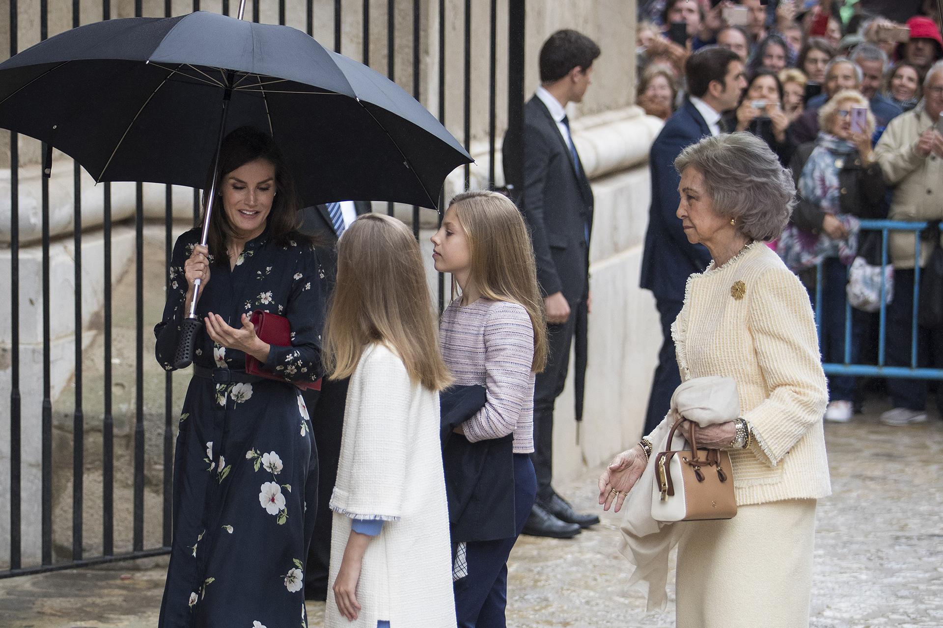 La reina Letizia habla con sus hijas, escoltadas por la reina Emérita Sofía