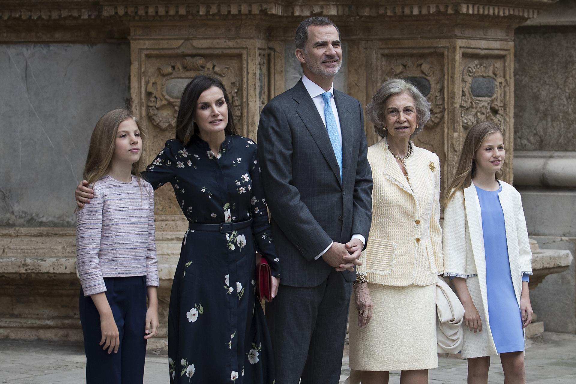 Los monarcas junto a sus hijas, Sofía y Leonor, y la reina emérita Sofía