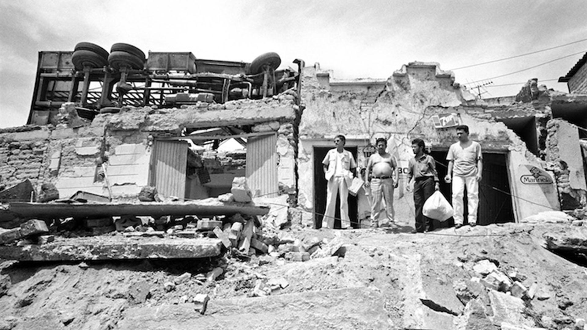 La magnitud de la explosión fue tal que arrojó autos a los techos de las casas (Foto: D.R. José Hernández-Claire)