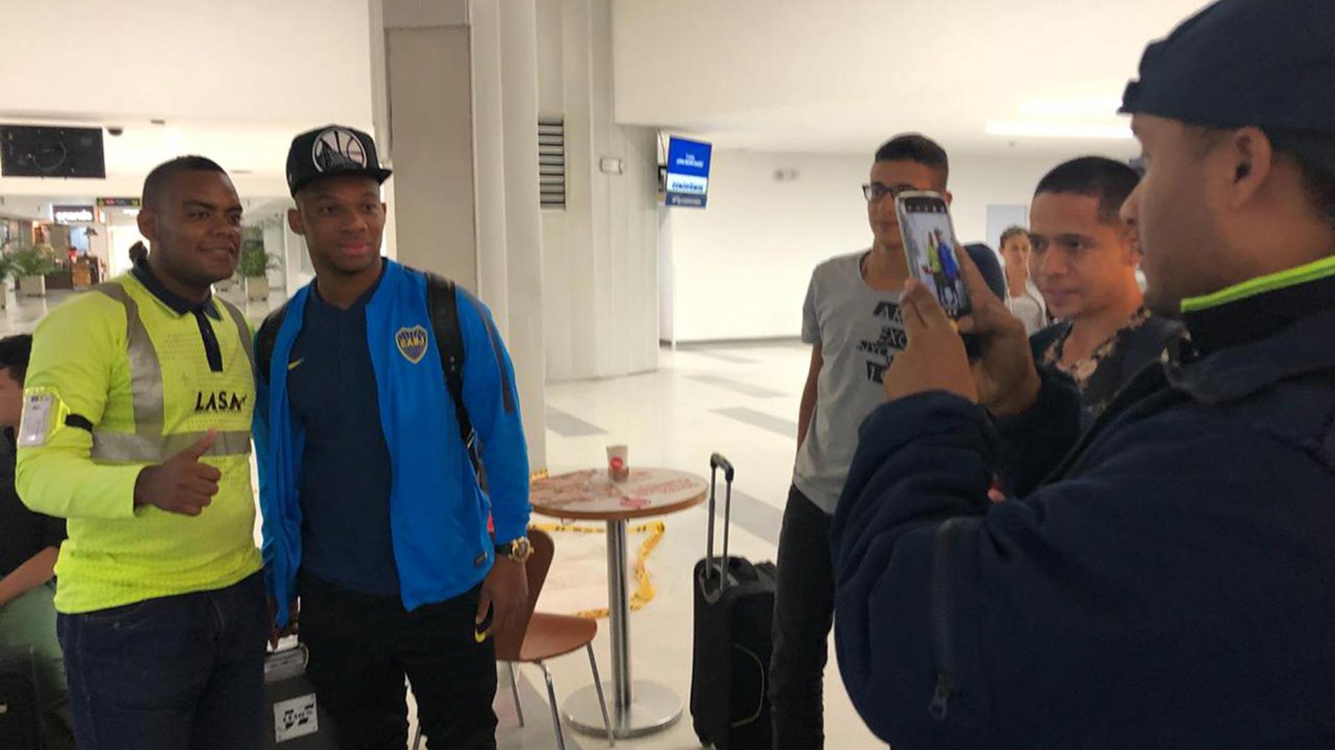 Fabra se tomó fotos con compatriotas fanáticos locales en el aeropuerto de Bogotá (Boca oficial)
