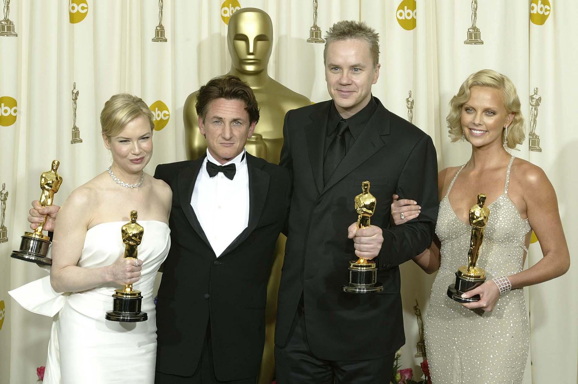 """Renée Zellweger con su premio Oscar por su papel en el drama """"Cold Mountain"""" junto a Sean Penn, Tim Robbinsy Charlize Theron, los otros ganadores de la edición 73 de la Academia de Hollywood"""