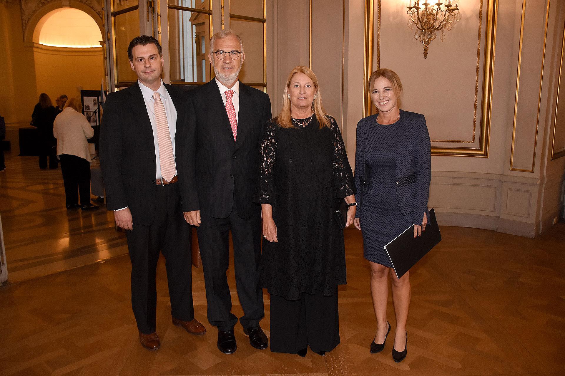 Sergio Eloy Domínguez junto a Guillermo Ambrogi, vicepresidente de la Fundación Teatro Colón; María Taquini de Blaquier, presidente de la Fundación Teatro Colón; y la diputada Carolina Estebarena