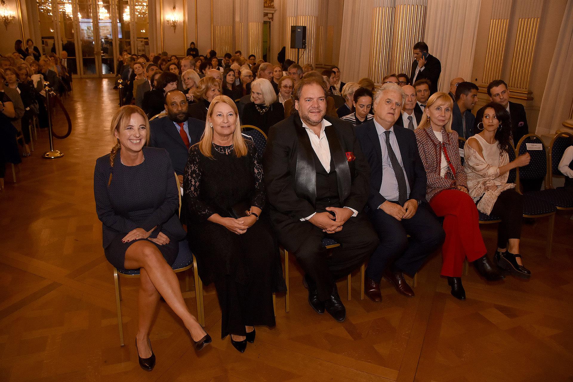 La diputada Carolina Estebarena; la presidente de la Fundación Teatro Colón; el tenor Duilio Smiriglia; el legislador Eduardo Santamarina; la directora general del Teatro Colón, María Victoria Alcaraz, y la bailarina Karina Olmedo