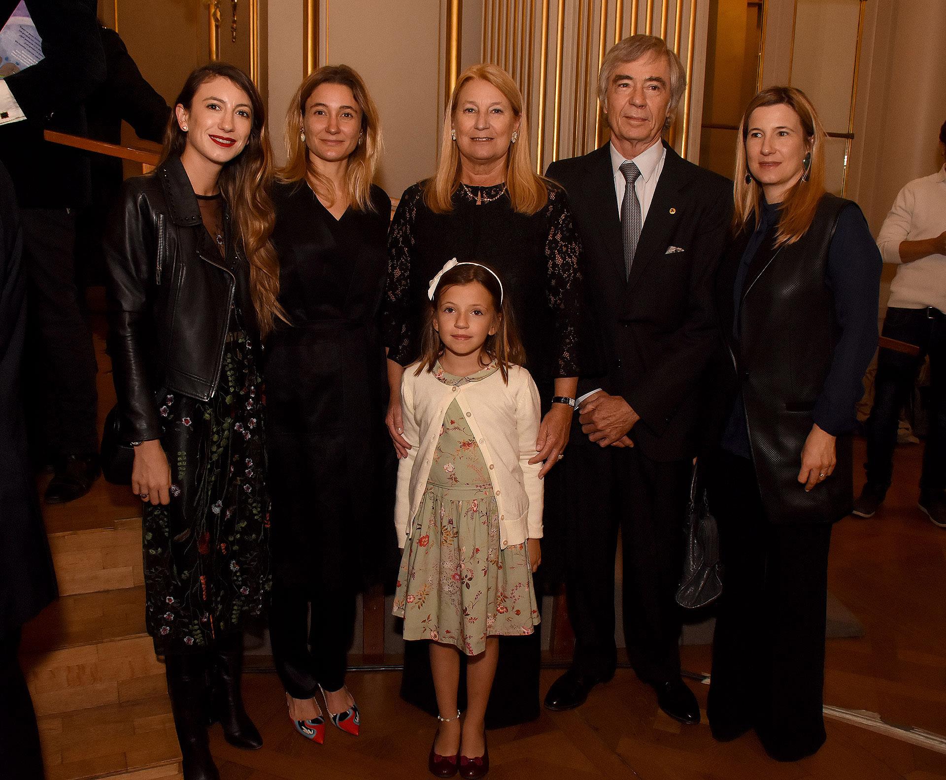 María Taquini de Blaquier junto a su marido Charlie Blaquier, sus hijas Milagros, María y Agustina, y su nieta Tini