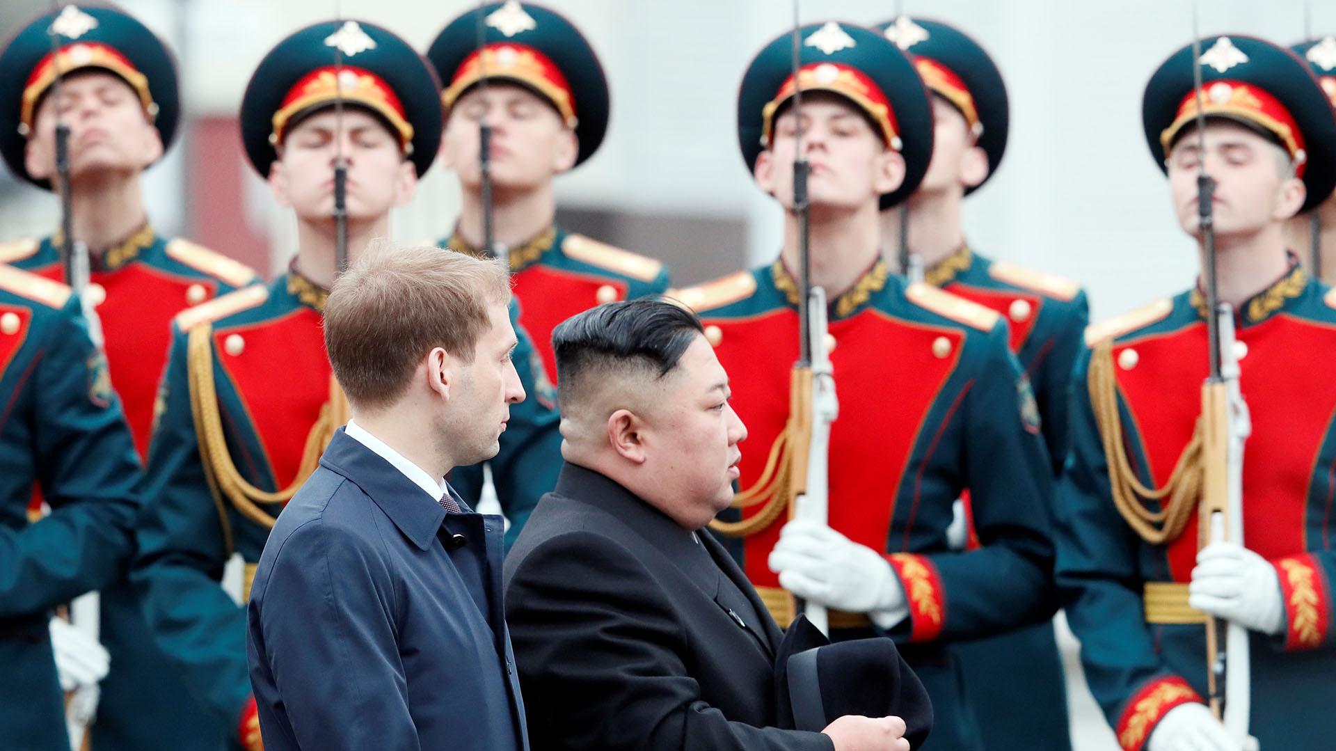 El líder norcoreano Kim Jong-un fue recibido con honores militares en la estación de trenes de Vladivostok (REUTERS/Shamil Zhumatov)