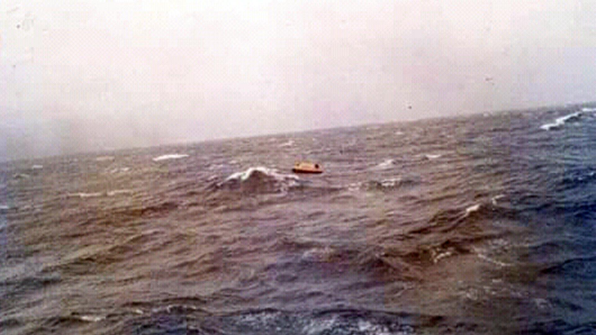 Una balsa en el medio del mar (Asociación extripulantes ARA Piedrabuena/VGM Luis Lamantia)