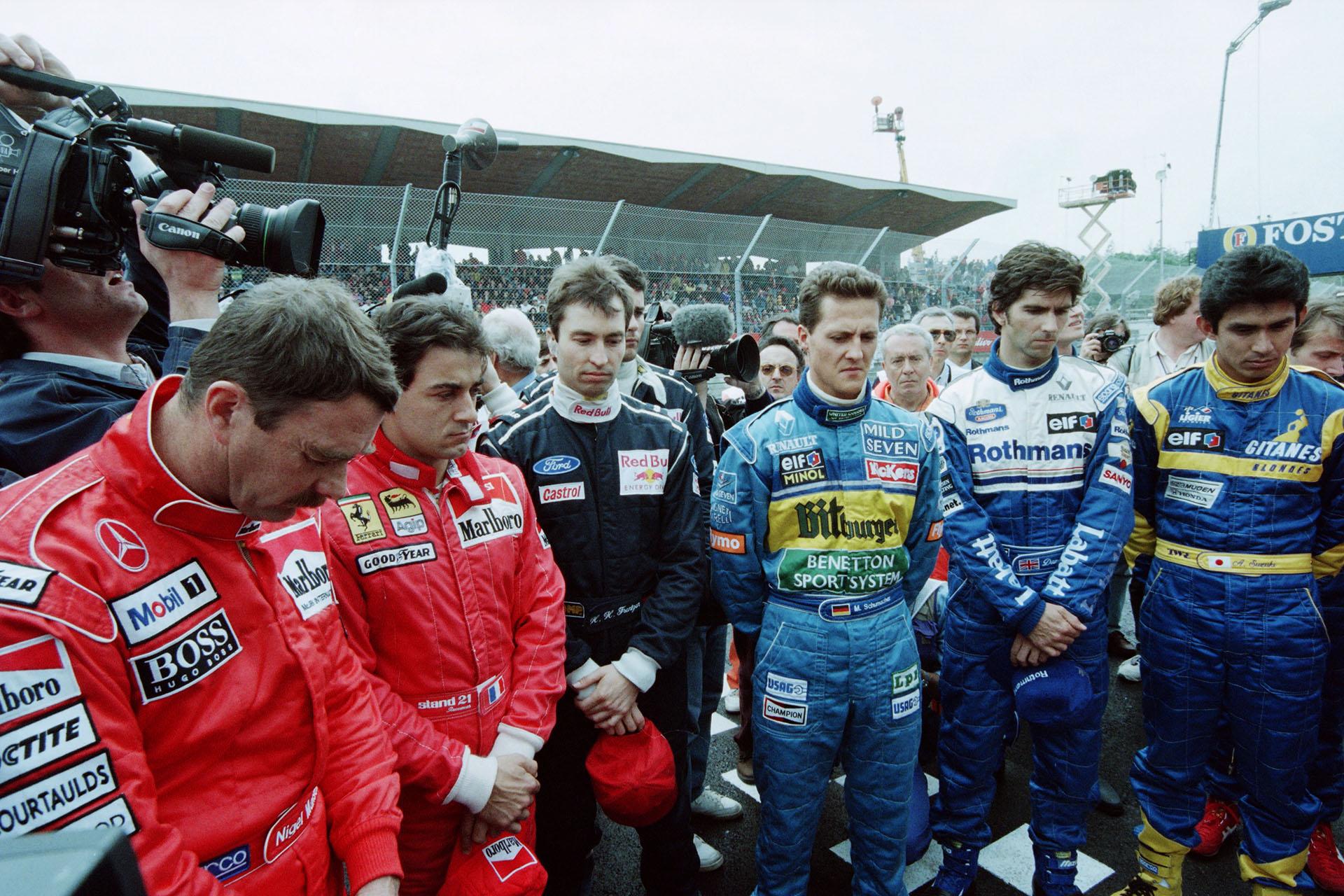 Después del accidente en el Gran Premio de Imola, los pilotos hicieron un minuto de silencio por lo que le sucedió a Senna: de izquierda a derecha aparece el británico Nigel Mansell, el francés Jean Alesi, el alemán Harald Frentzeny Michael Schumacher, el británico Damon Hill y el japonés AuguriSuzuki