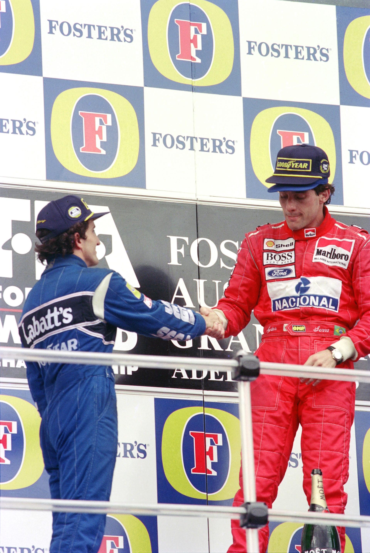 En el Gran Premio de Adelaida, Australia, en 1993, se da la mano con el gran rival de su carrera, el francés Alain Prost