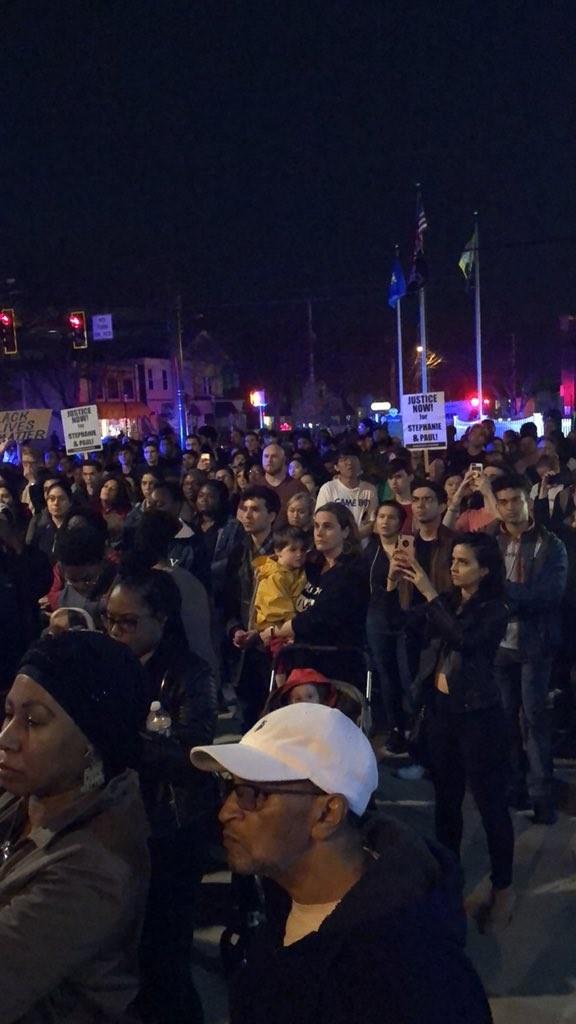 Las protestas estudiantiles frente a la alcaldía de Hamden (Foto: Twitter - @Tere_Schaefer)