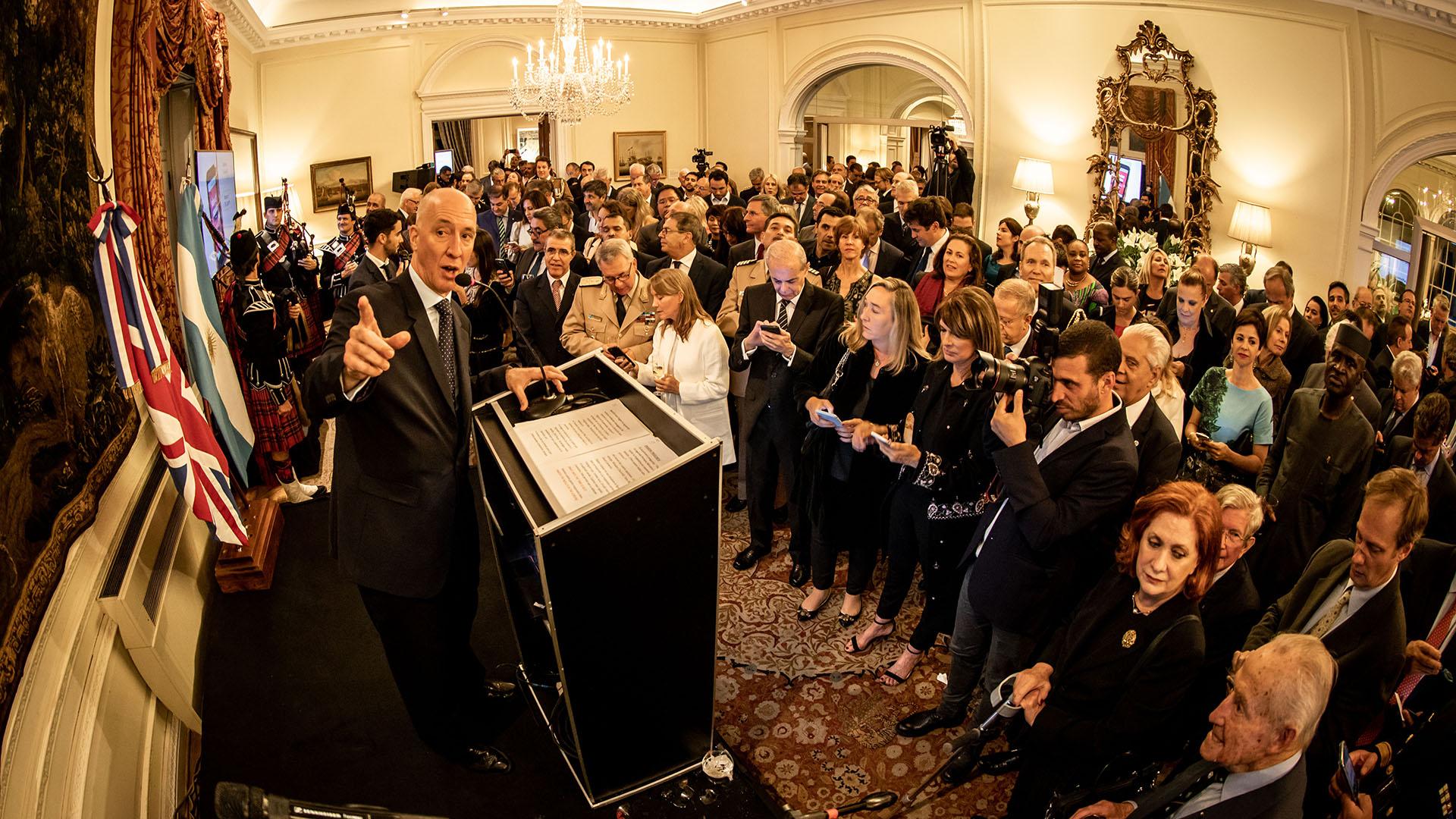 El evento contó además con dos exhibiciones que muestran los cruces entre la cultura británica y la argentina. En la entrada de la Residencia, los asistentes pudieron apreciar algunas de las imágenes que tomó la fotógrafa inglesa Scarlet Page, hija de Jimmy Page y especialista en retratar a estrellas del rock, como Paul McCartney o Charly García