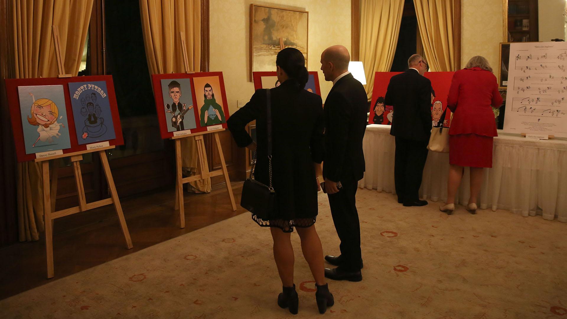 En uno de los salones, se exhibieron dibujos del artista argentino Costhanzo que hablan de la cultura británica, como Sherlock Holmes, Queen o los Monty Python
