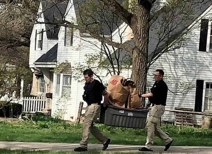 La policía sacó varias cosas de la casa de la familia (Foto: Especial)