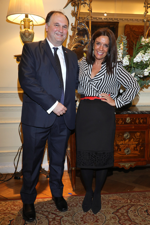 Alfredo Fierro, director comercial de la embajada británica, y Carolina Barros, directora de Corporación América