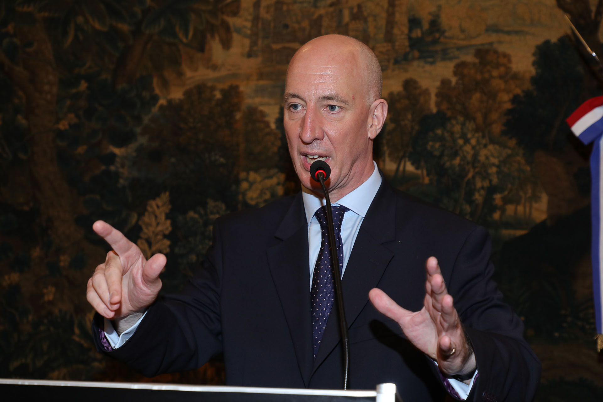 El embajador Mark Kent durante la celebración del cumpleaños de la reina Isabel II, que se llevó a cabo en la residencia británica