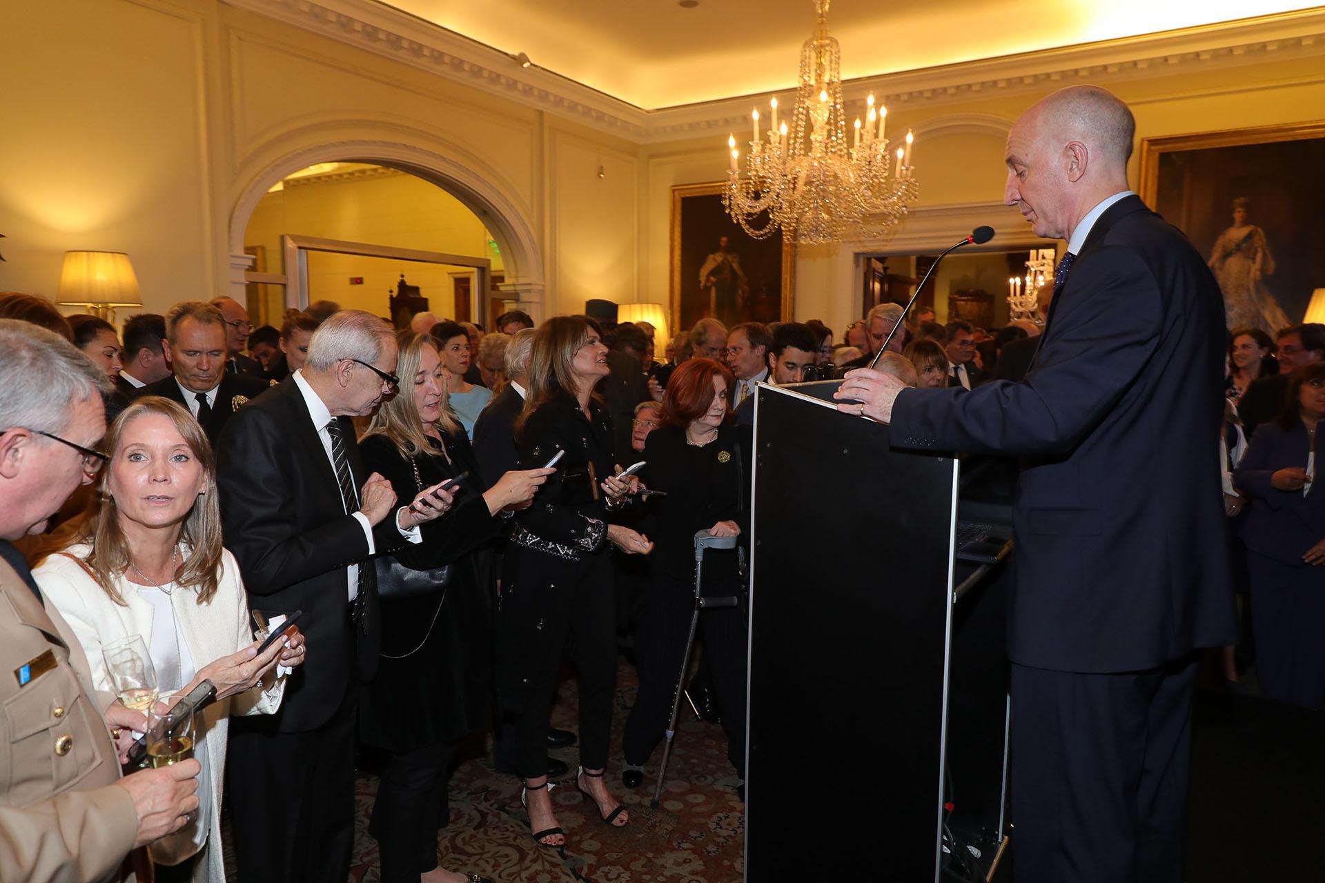 Mediante una plataforma virtual, los asistentes tuvieron que contestar en sus celulares preguntas sobre visitas de primeros ministros británicos a la Argentina, exportaciones argentinas al Reino Unido, la campaña para reducir el uso de plásticos, o el evento con fans de Harry Potter