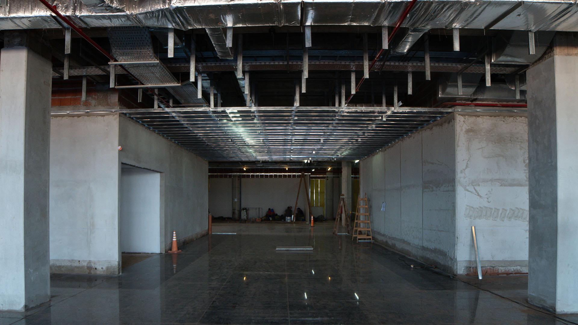 Se desarrolla también una cafetería, un bloque de servicios, accesos al frente y áreas de control, acceso y salida de pasajeros por el Hall de Arribos Internacional y Cabotaje (Patricio Murphy)