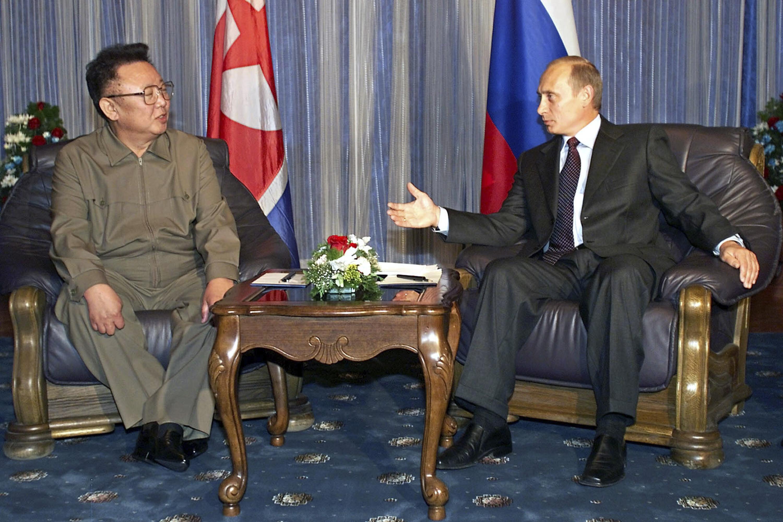 Vladimir Putin junto al fallecido Kim Jong Il, padre de Kim Jong-un, durante encuentro Vladivostok. (AP Photo/Alexander Zemlianichenko, File)