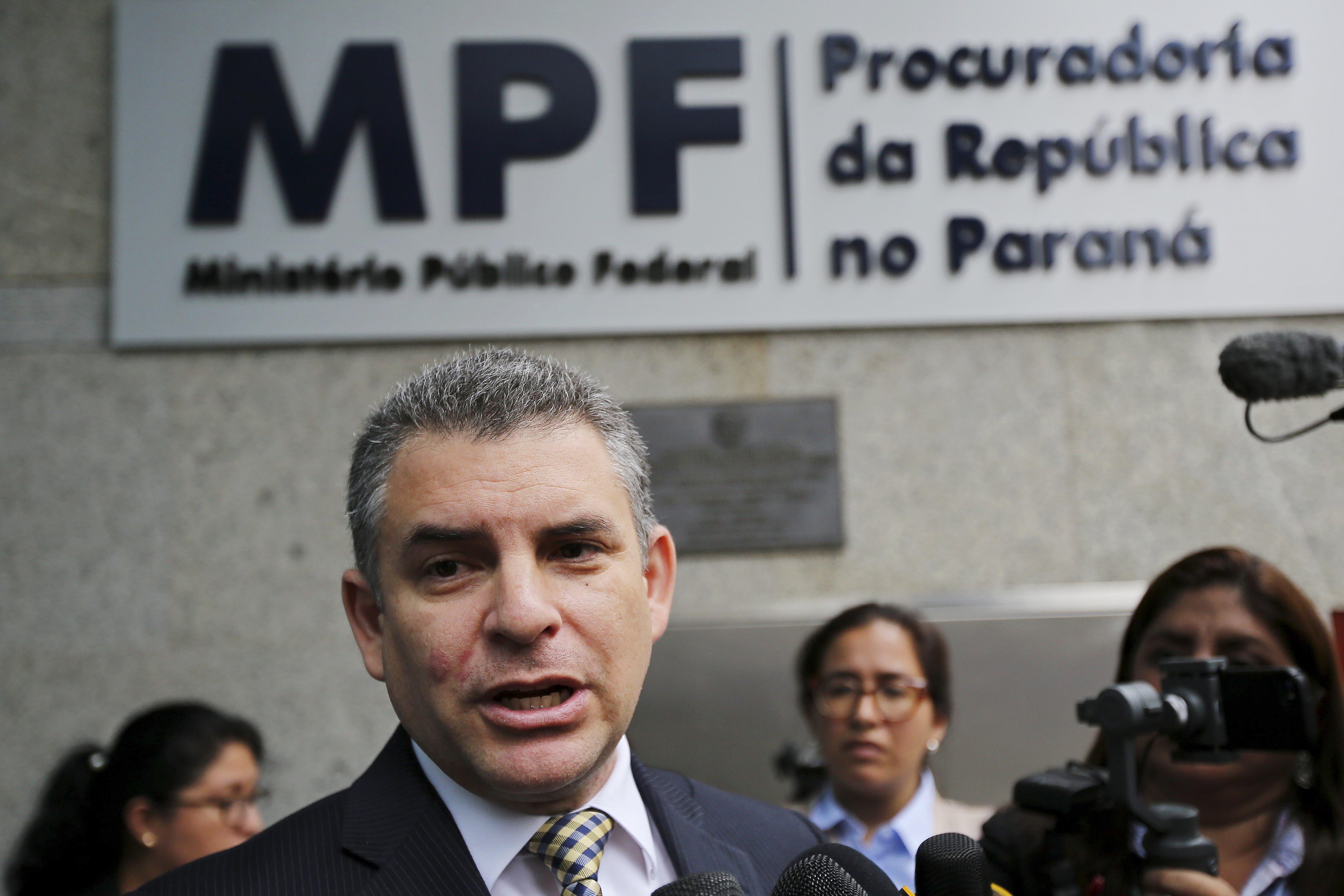 El jefe de la Fiscalía peruana para el caso Lava Jato, Rafael Vela frente la Ministerio Público Fiscal en Curitiba, Brasil (Heuler Andrey / AFP)