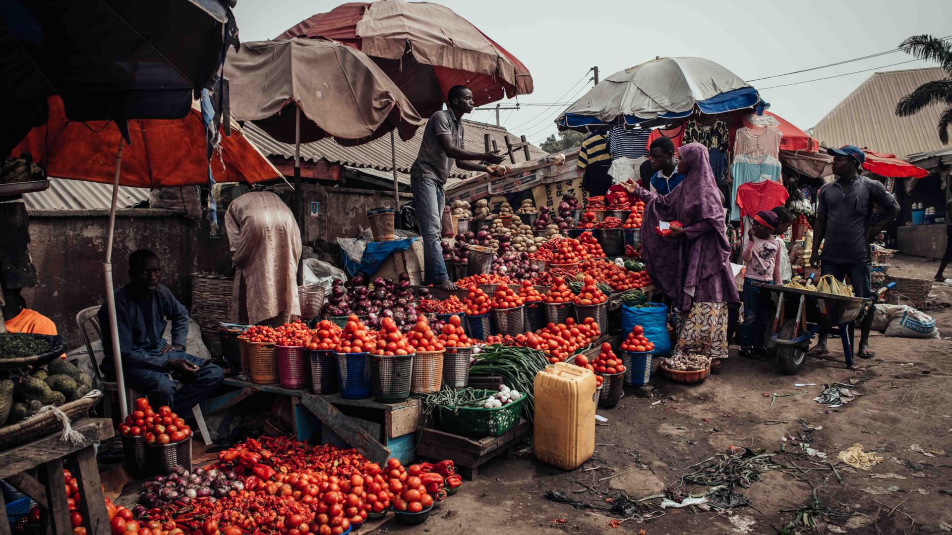 Un mercado en Abuya, la capital nigeriana. Nigeria, el país más poblado de África, habría sido un 29 por ciento más rico sin el cambio climático, según lo que ha estimado un nuevo estudio. (Nwakalor Kenechukwu para The New York Times)