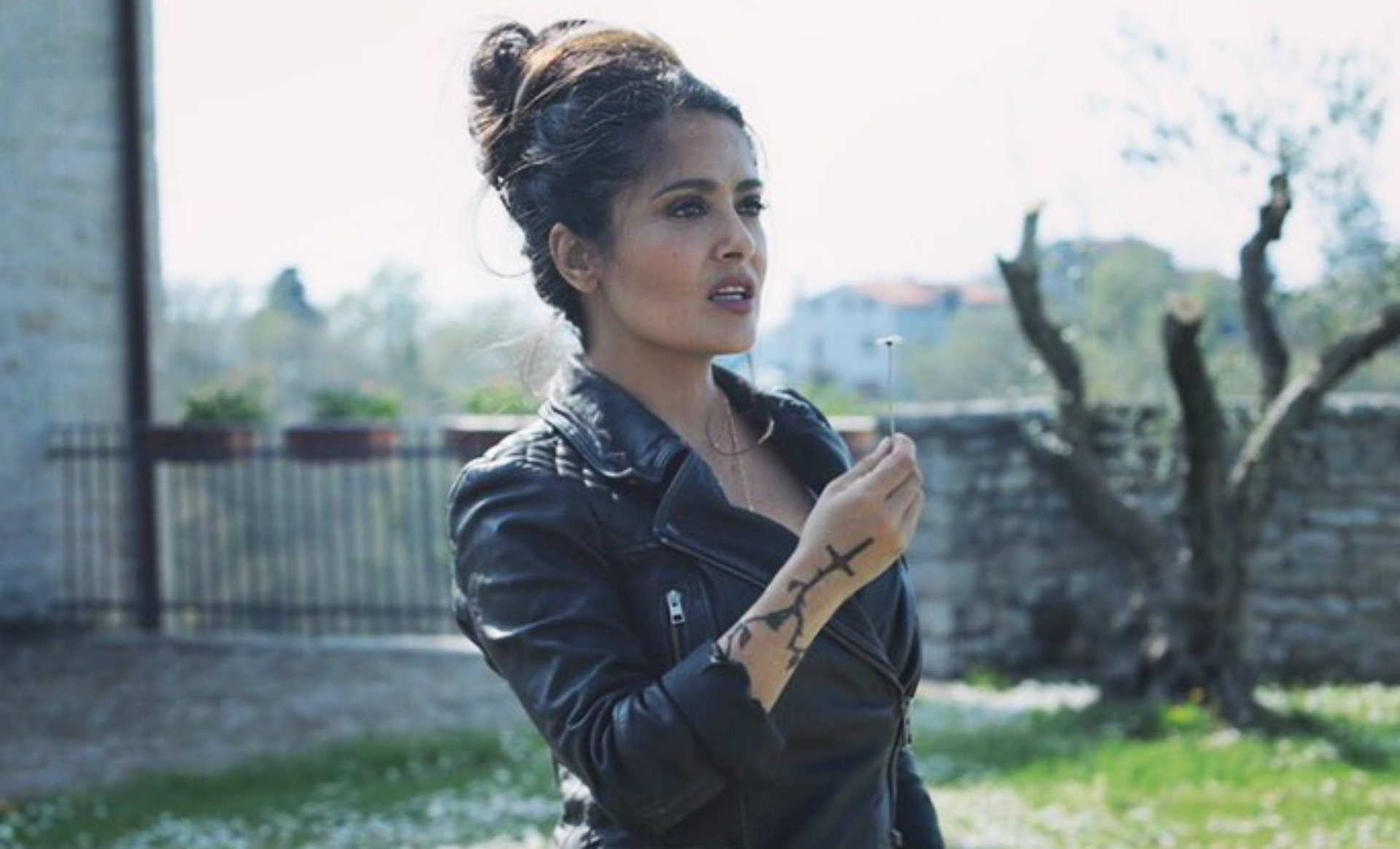 Actriz Porno Tatuaje Gato Estrellas Espalda el tatuaje íntimo de salma hayek: la estrella mexicana
