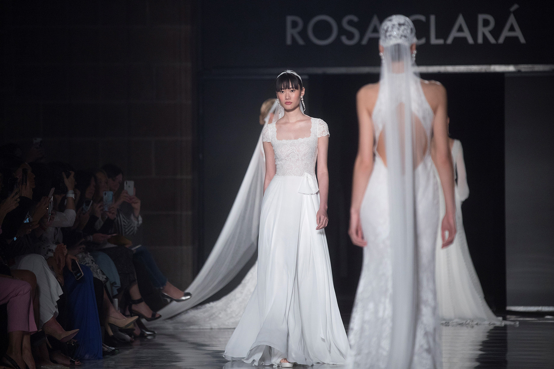 La firma Rosa Clará presentó su nueva colección de moda nupcial para 2020 en la Valmont Barcelona Bridal Fashion Week, en un desfile que ha tenido lugar en el emblemático edificio de La Llotja de Mar de la capital catalana con exquisitos diseños de novia en blanco que impactaron a todos los presentes. Modelos románticos, clásicos y sexy no dejaron de sorprender en la pasarela de la diseñadora