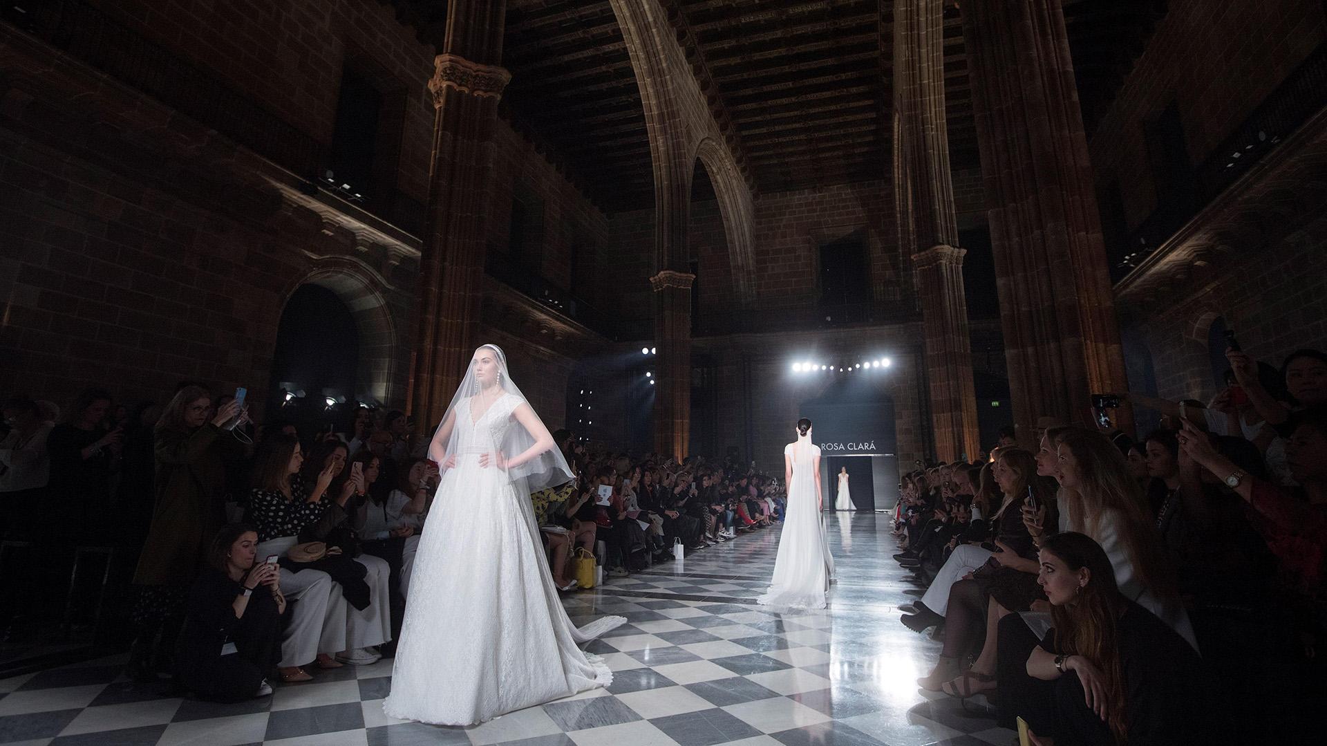 A salón lleno, La Llotja de Mar de la capital catalana. En esta oportunidad, solamente presentaron la línea de novias y los vestidos blancos fueron los que tomaron protagonismo en la mañana. Vestidos línea A, con faldas volumétricas y una inspiración al estilo años 20