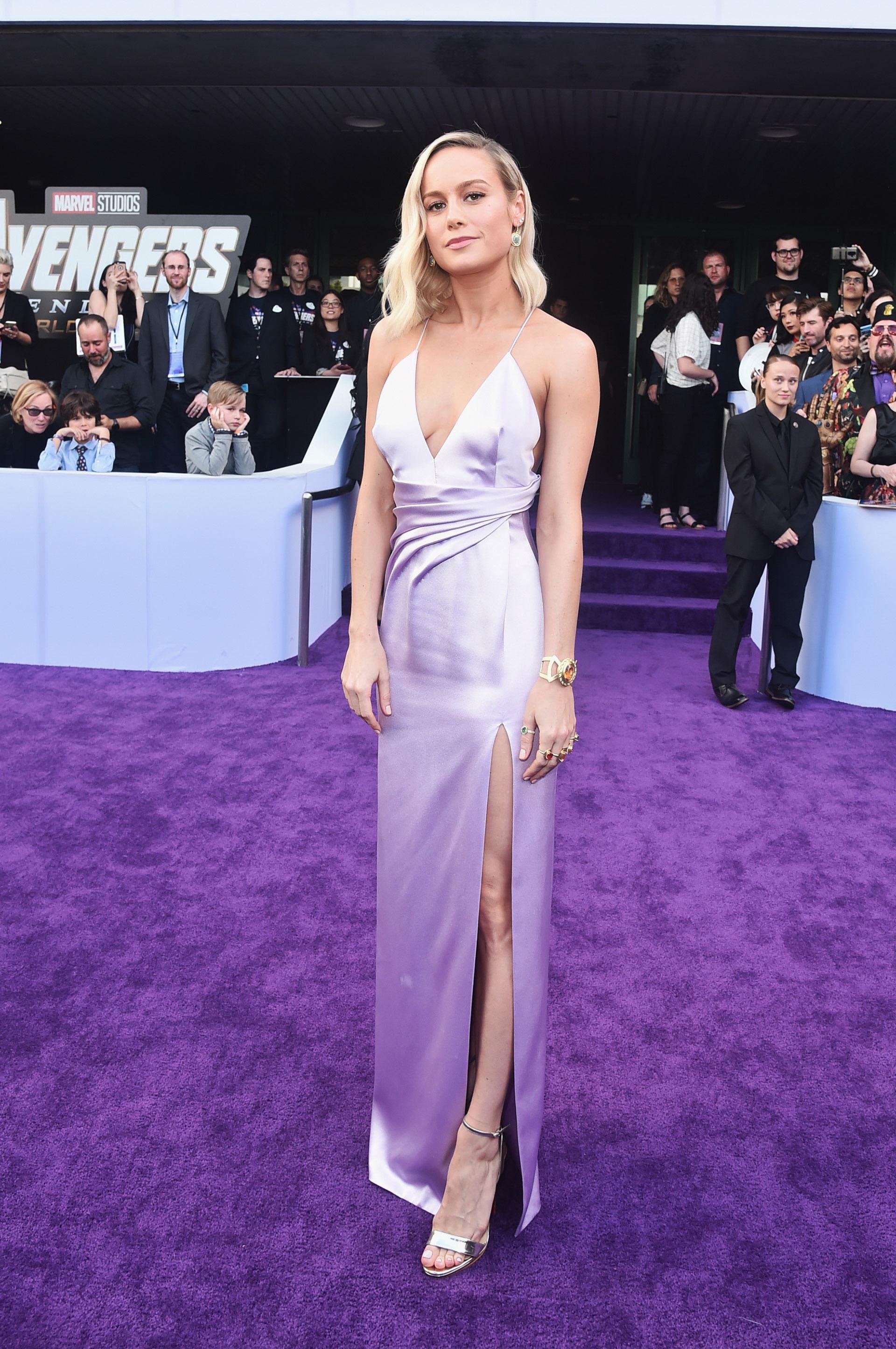 Brie Larson divina de pies a cabeza.
