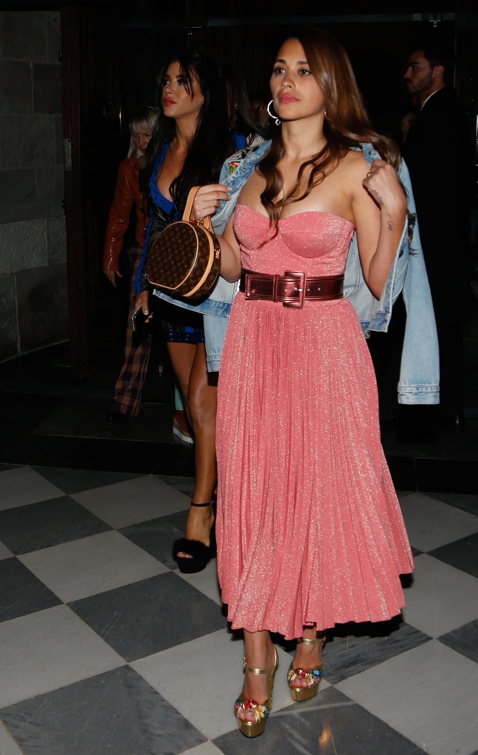 La diseñadora madrileñaRosa Claráes una de las más elegidas por las celebridades y Antonela lució un vestido suyo en su boda con Messi