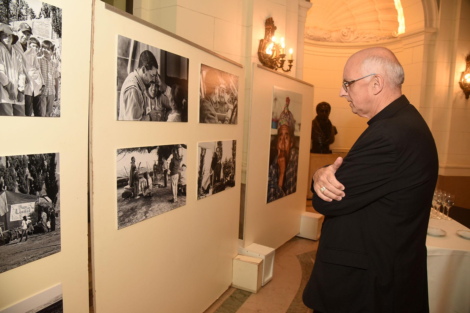 Monseñor Santiago Olivera, Obispo Castrense de la República Argentina, contemplando las fotografías
