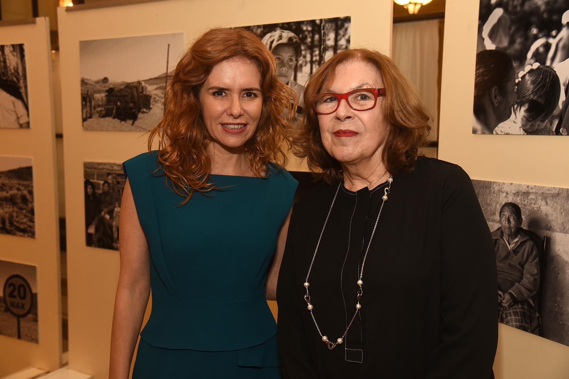 Ana Martínez Quijano, crítica de arte y curadora, junto a Karina El Azem