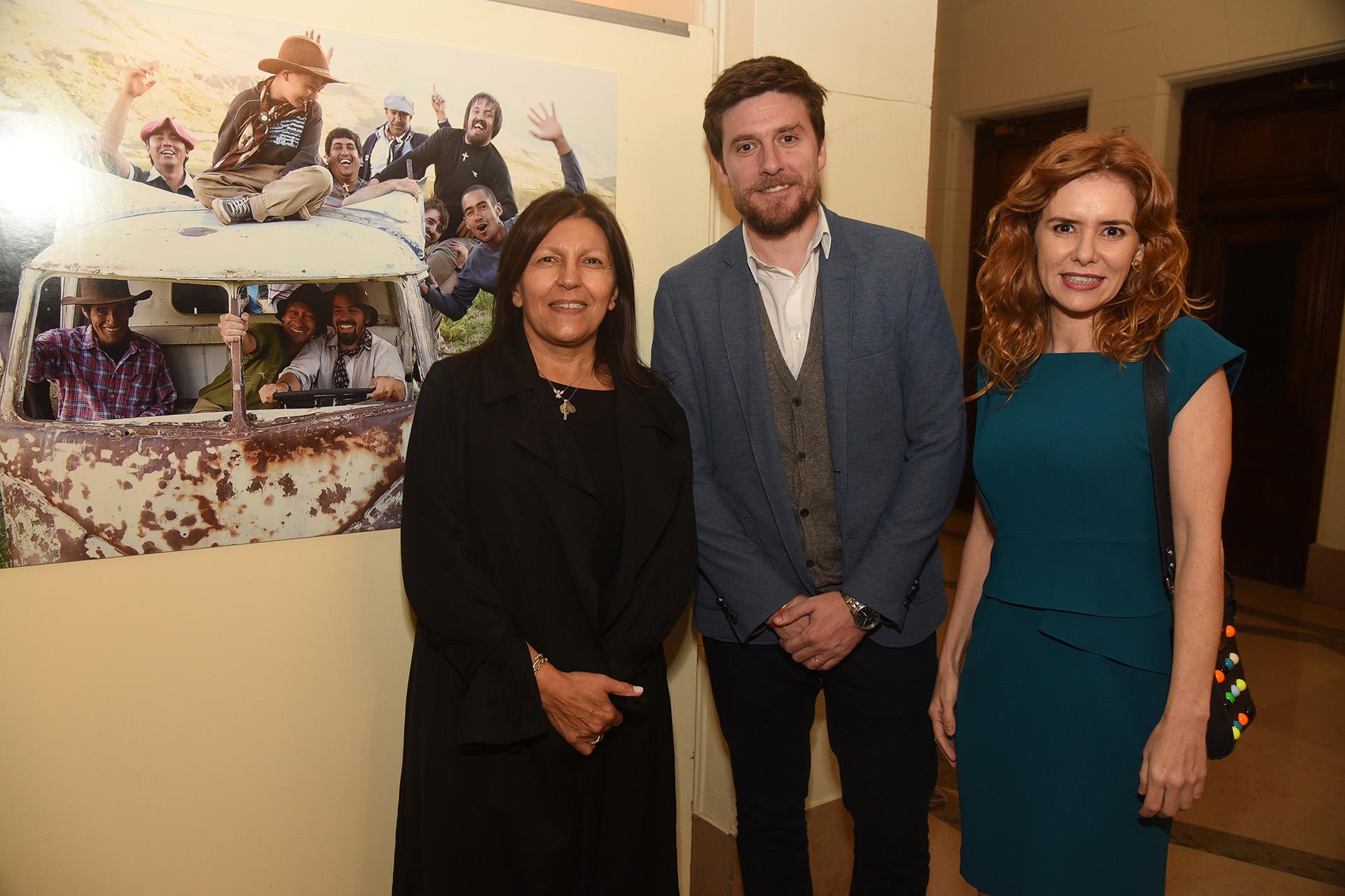 Alicia Daher junto a Matías Enríquez y Karina El Azem /// Fotos: Nicolás Stulberg y Fundación Nínawa Daher