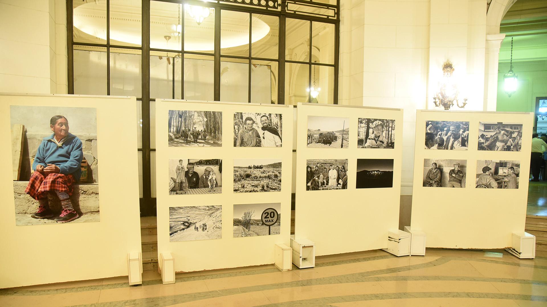 """Las obras se exponen en la Legislatura porteña: se trata de fotografías que retratan lalabor del Padre Diego Canale, primer protagonista del programa """"Semillas de Esperanzas"""", creado por la Fundación Nínawa Daher"""