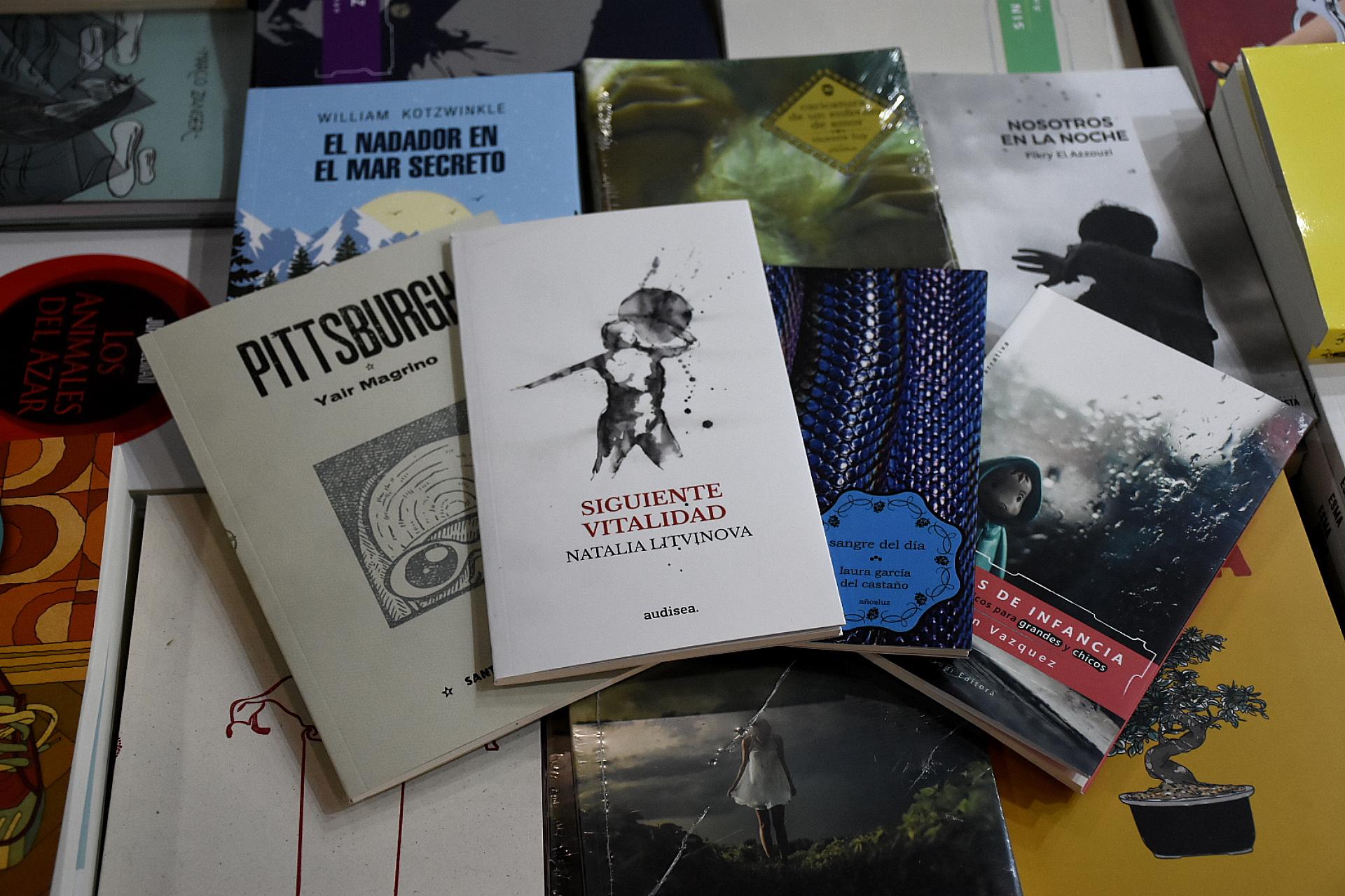 Libros baratos en el stand de La Coop (Nicolás Stulberg)