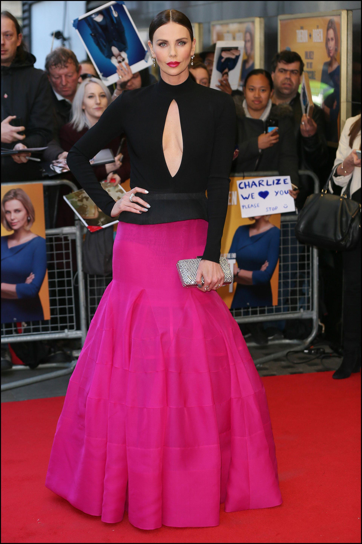 """Charlize Theron eligió un outfit de Givenchy para ir al estreno de la película """"Casi Imposible""""."""