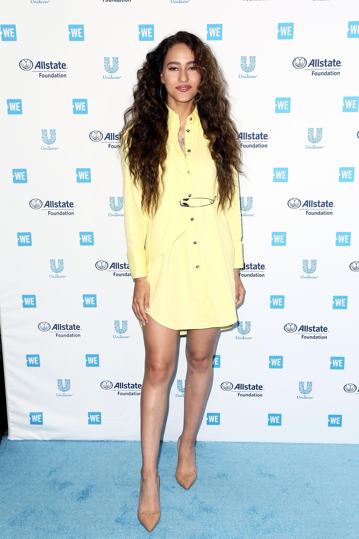 Skylar Stecker se animó al color con este vestido camisero amarillo y zapatos nude