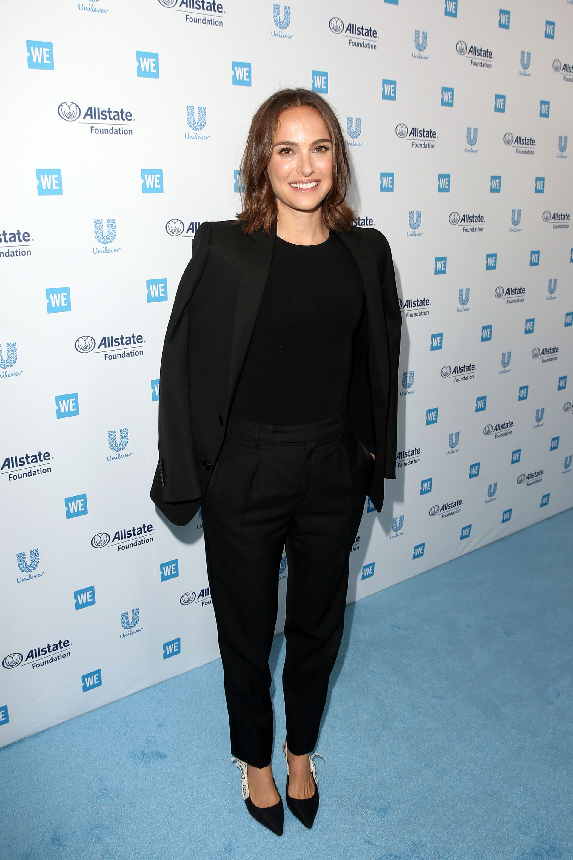 Una vez más, el color favorito de las celebridades volvió a ser el negro. Natalie Portman se lució con este traje compuesto por blazer y pantalón, que combinó con los clásicos stilettos Dior