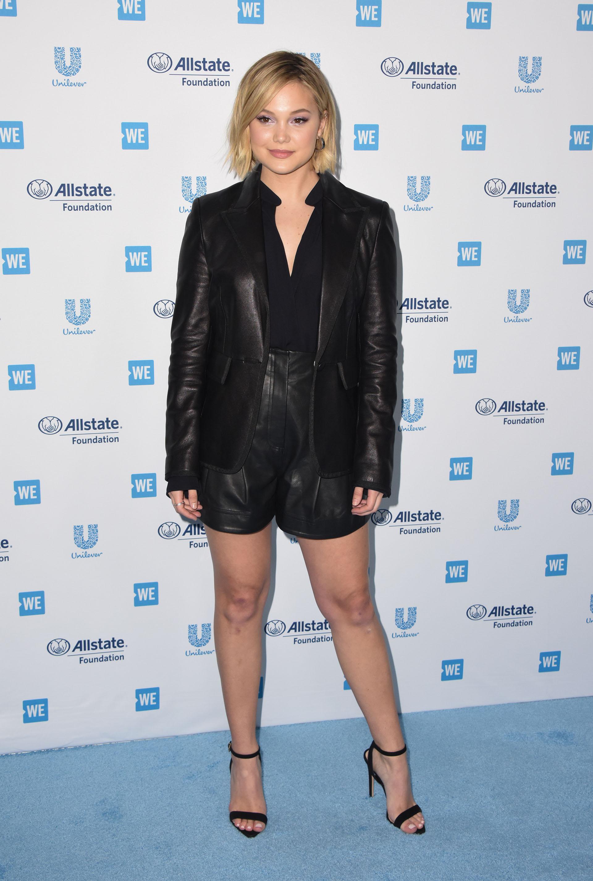 La cantante Olivia Holt también se decantó por el negro, en su caso, con este conjunto de cuero y sandalias con tiras finas