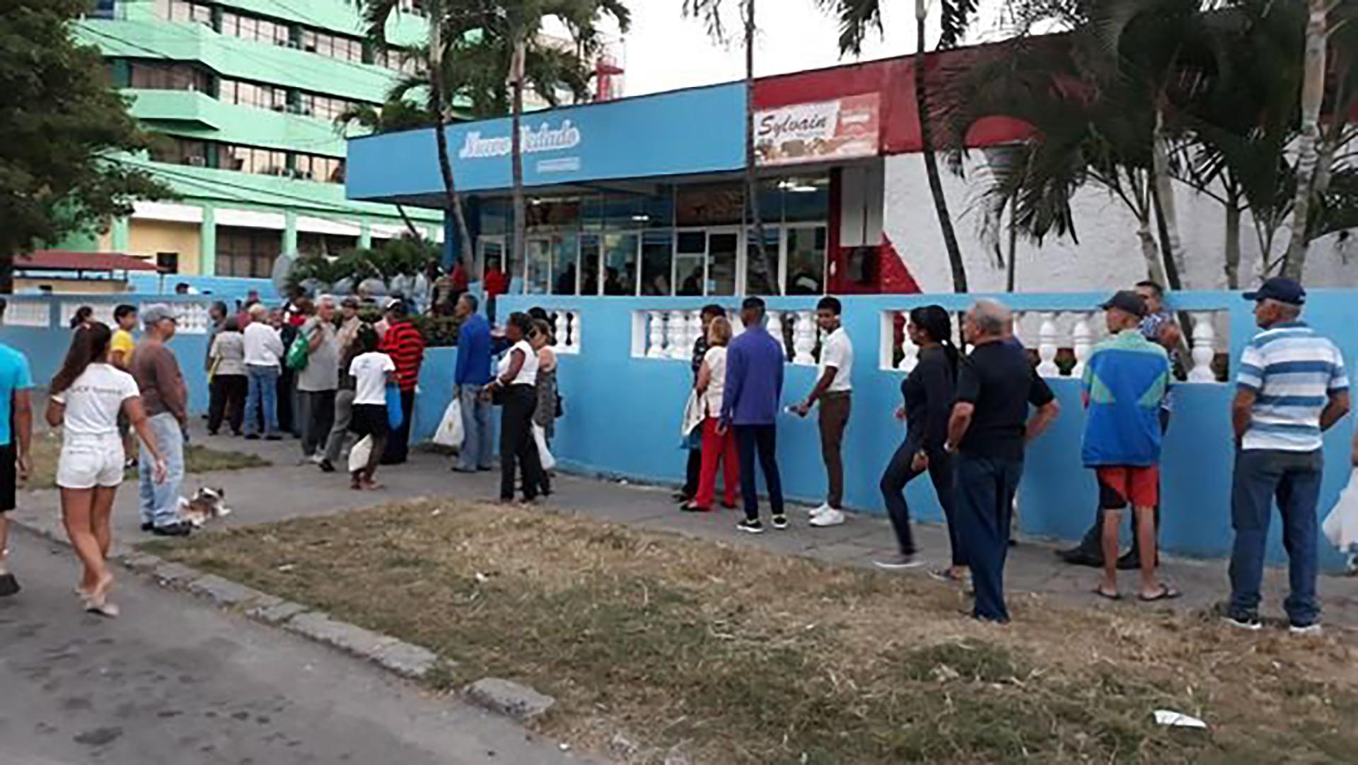 Largas colas, escasez y peleas para conseguir comida: la dura realidad que  se vive en las calles de Cuba - Infobae