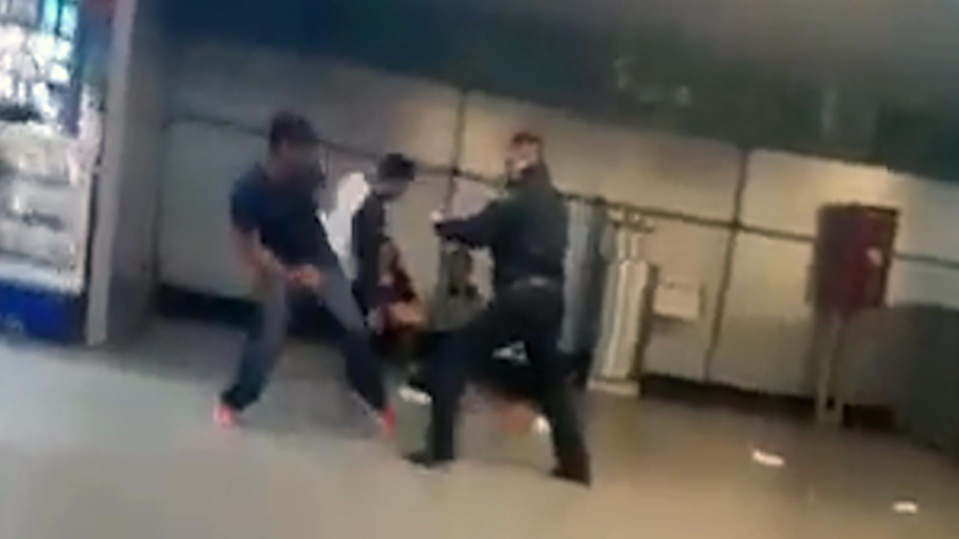 En las imágenes se le vio levantarse y buscar al vendedor con el que se enfrascó en la gresca (Foto: captura de pantalla)