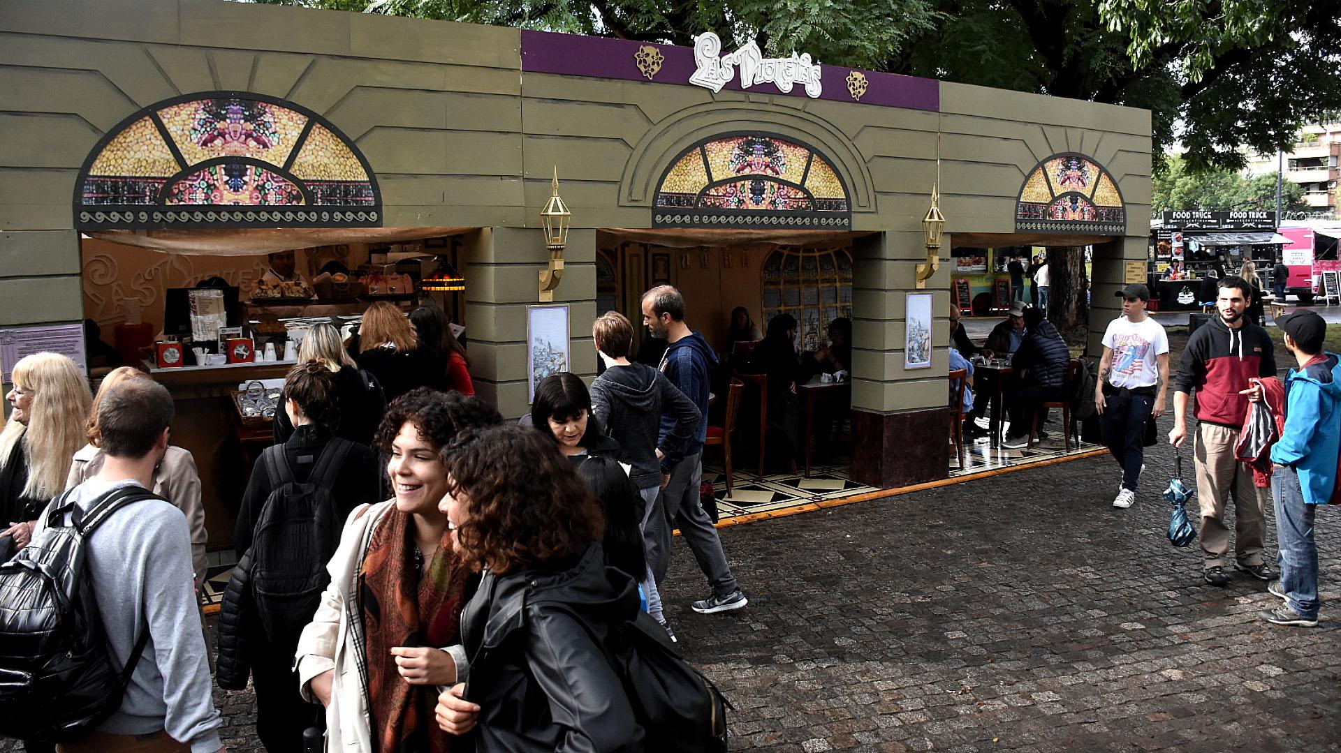 Como festejo del 135º aniversario de la Confitería Las Violetas y ganador en 2017 del concurso al Mejor Café Notable de la Ciudad, en FECA recrearon la fachada de la mítica confitería de Almagro de Medrano y Rivadavia. Ahí había mesas de madera simulando estar dentro de Las Violetas