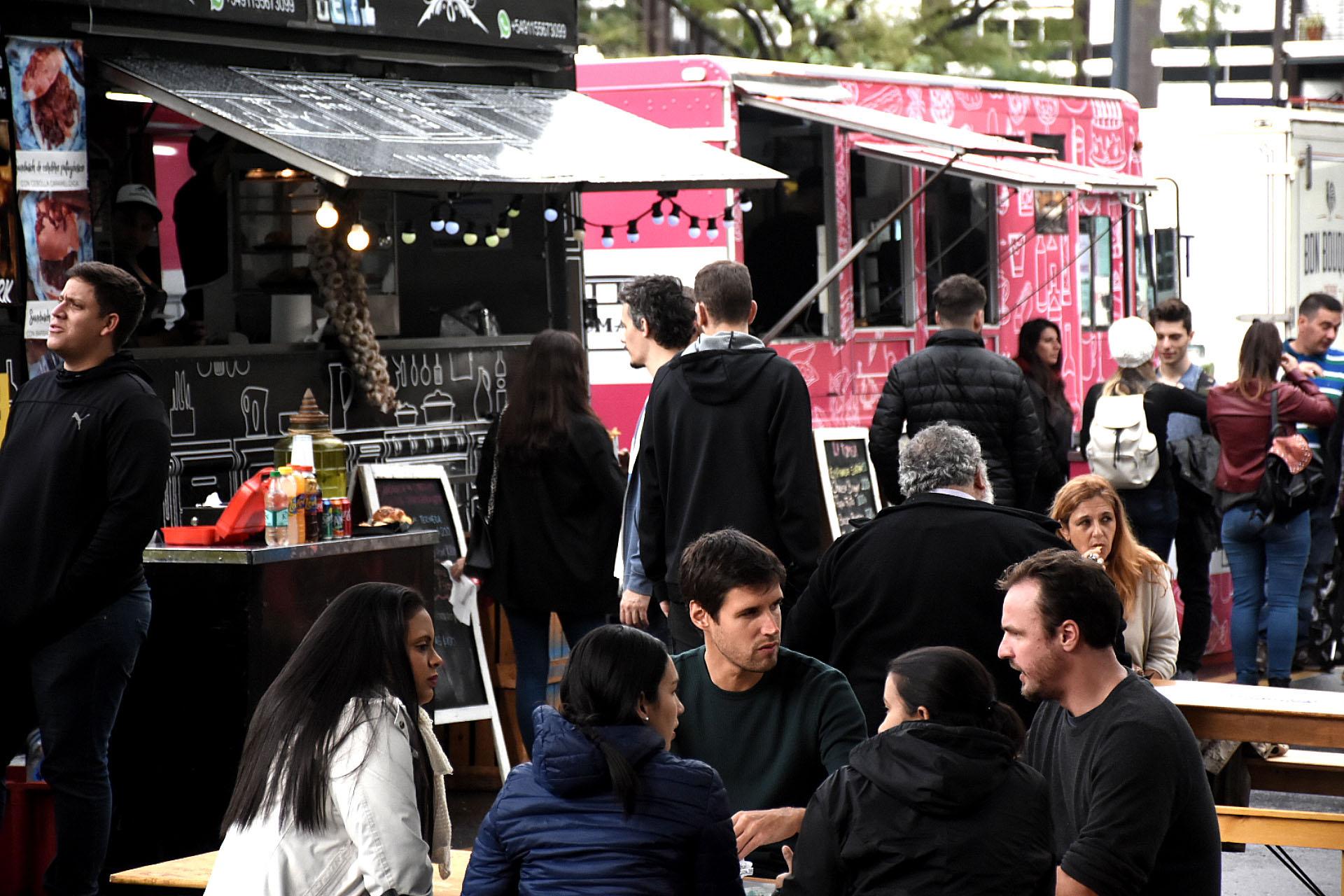Hay opciones con 8 food trucks con distintos menús dulces y salados, para almorzar o comer algo rico, más allá del café. Entre ellos comida italiana, venezolana, francesa