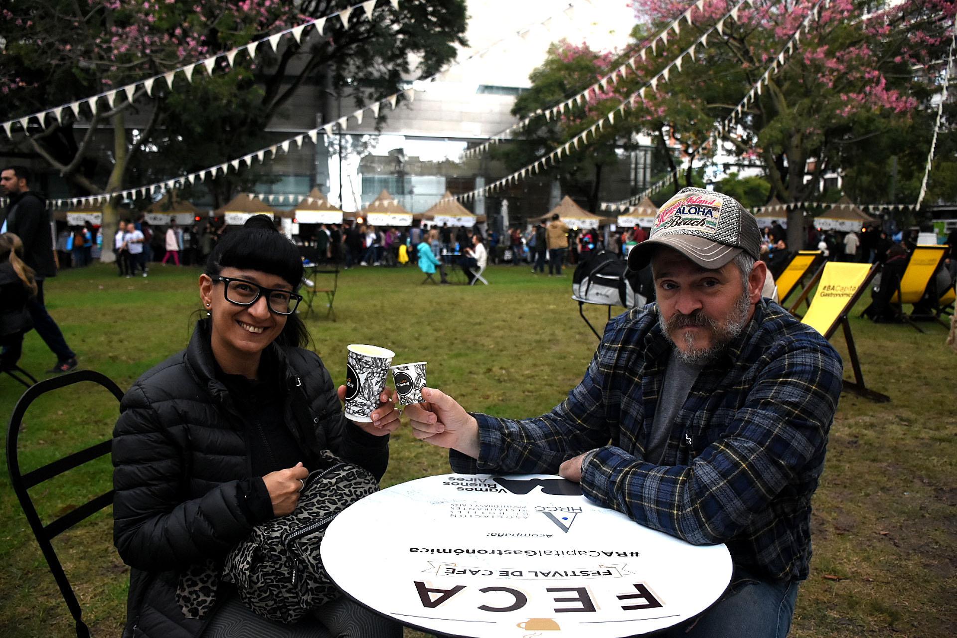 Una salida en pareja. Expresso y latte. Son dos de los más pedidos por los argentinos a la hora de tomar café y todos los puestos lo sirven. Hay de diferentes tamaños y precios. También acompañados por delicatessen dulces