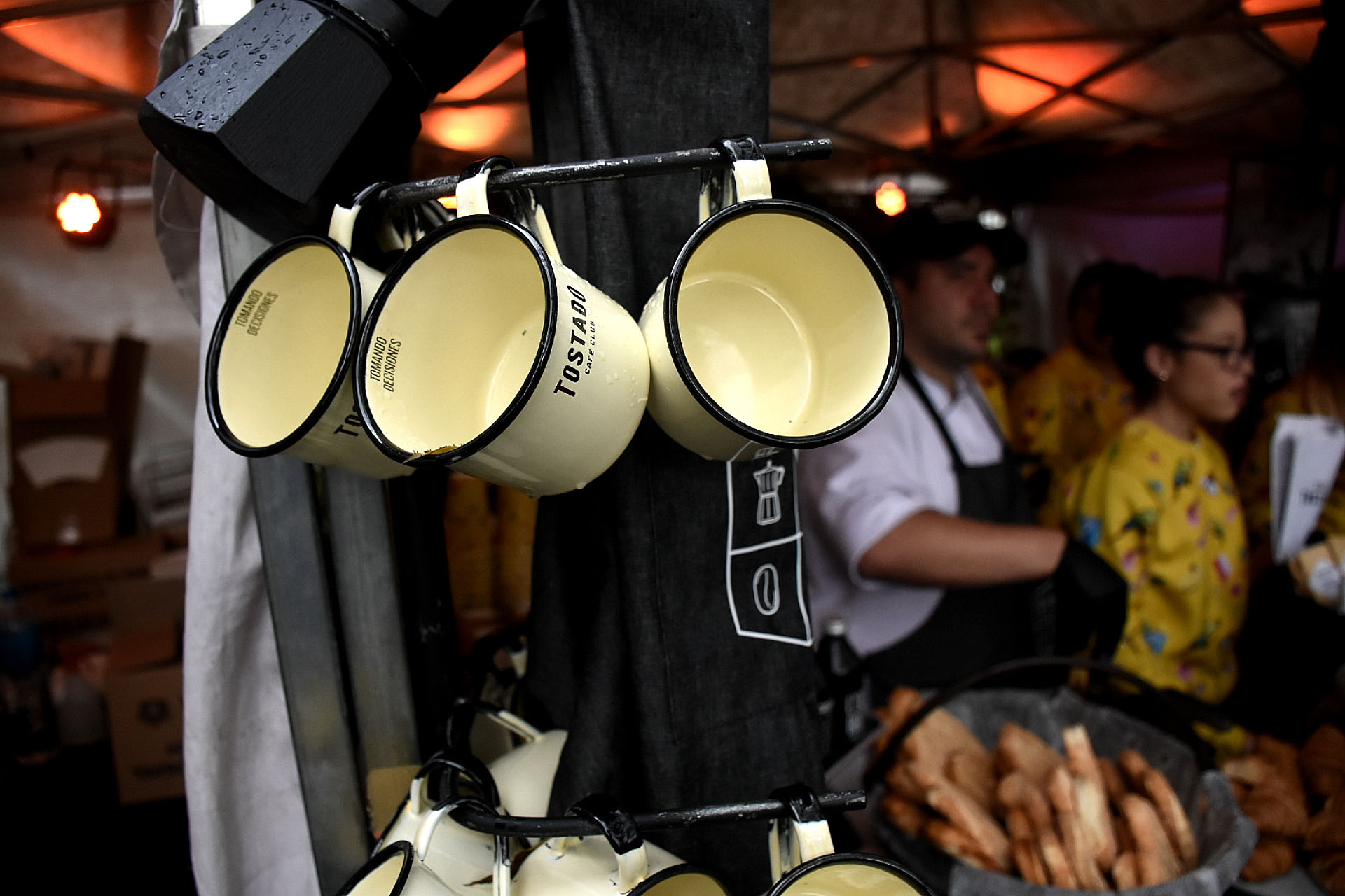 Cada puesto vende desde sus granos de café hasta máquinas moledoras y vajillas. Los expertos del café pasearon a pesar de la lluvia por FECA a disfrutar de las distintas propuestas que tienen los baristas argentinos