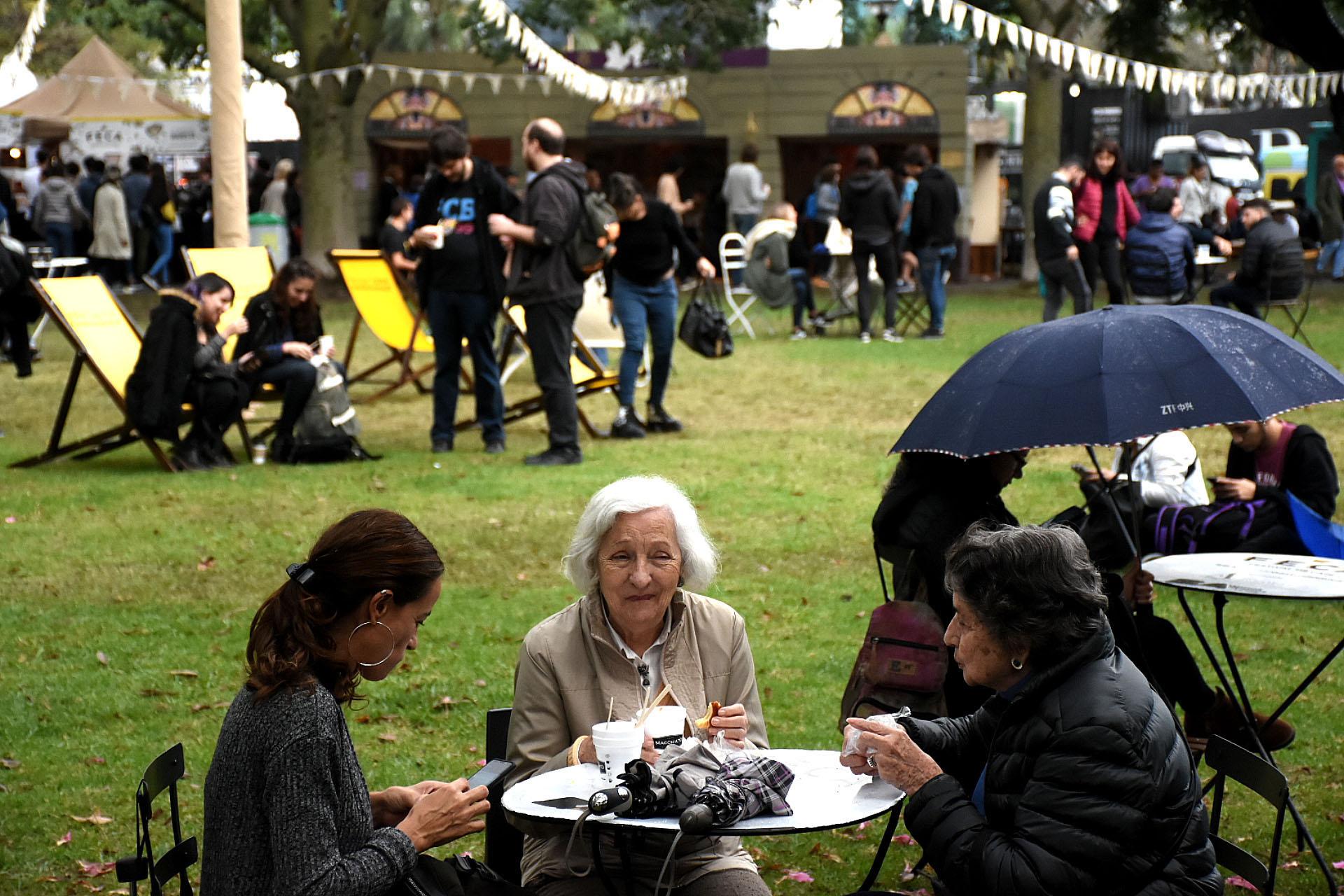 A pesar de la lluvia, los vecinos y turistas se acercaron a la feria del café para probar nuevos sabores y los expertos se sacaron dudas con las clases magistrales brindadas por reconocidos baristas