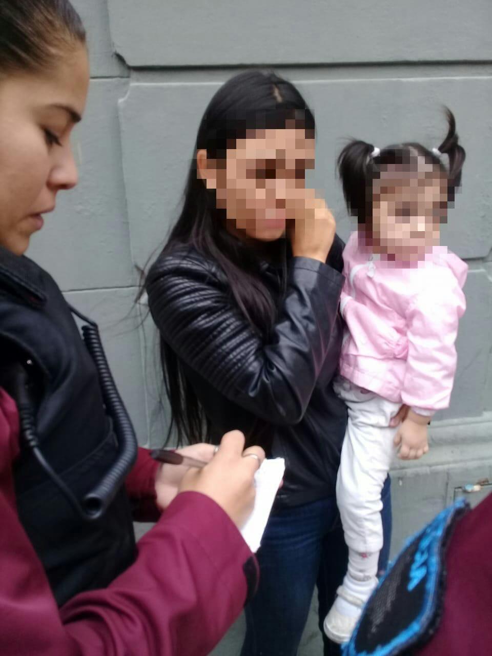 Mujer de 18 años, acusada de robar ropa de un local, con su hija de 3 en brazos