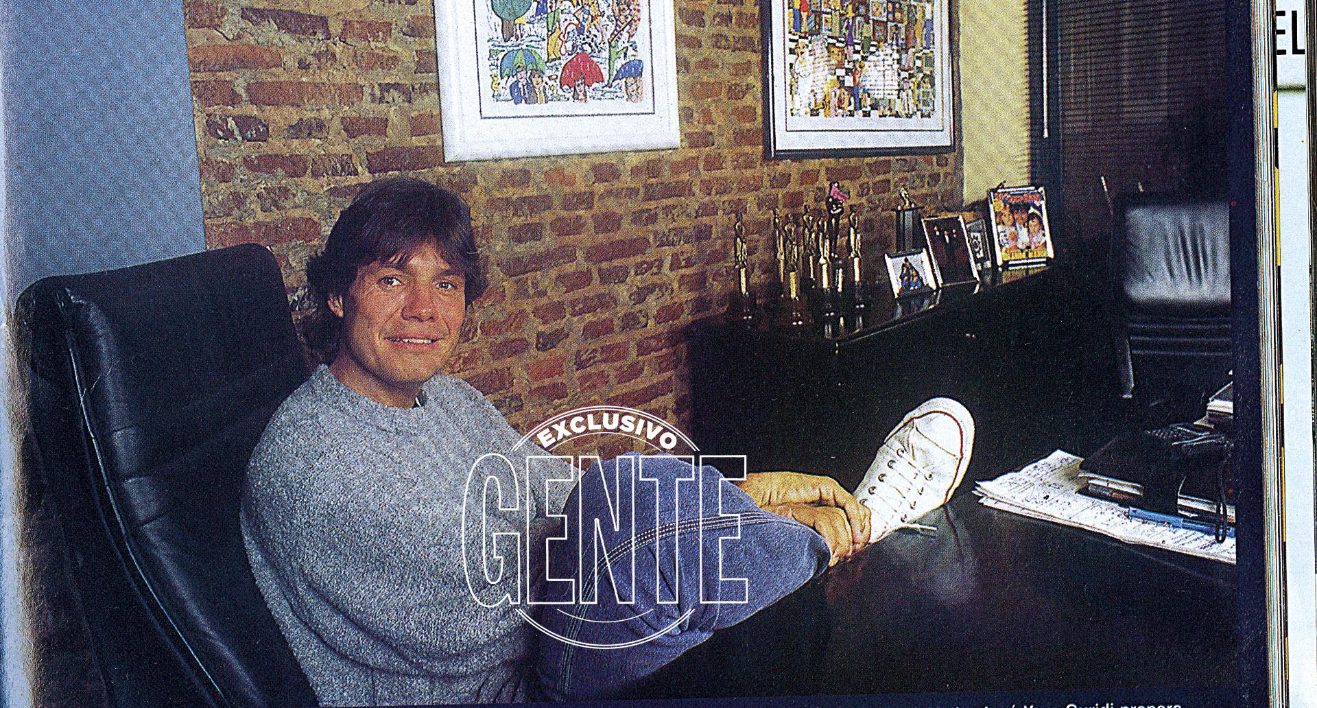 En su oficina de Ideas del Sur, rodeado por algunos de los casi cuarenta Martín Fierro que recibiría desde sus primeras nominaciones. Entre ellos el de Oro, obtenido en 1998 (más tarde conseguiría el de Platino).